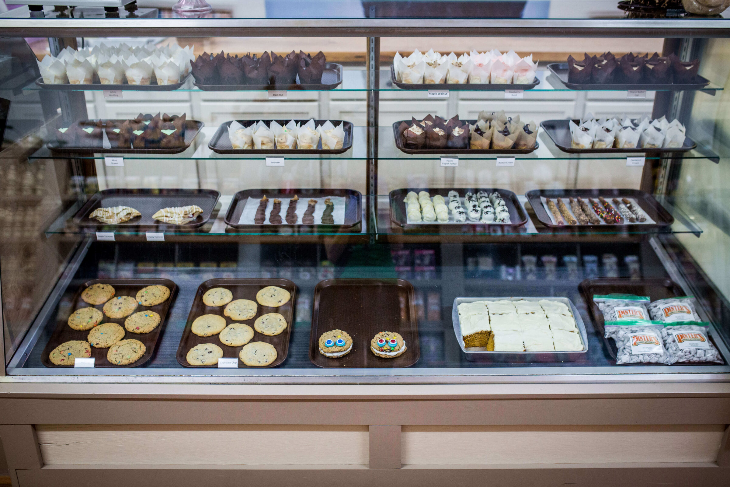 Pinter's Candies & Gifts' bakery counter